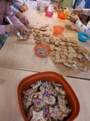 Kidstreff-Kinder backen mit Begeisterung Weihnachtskekse